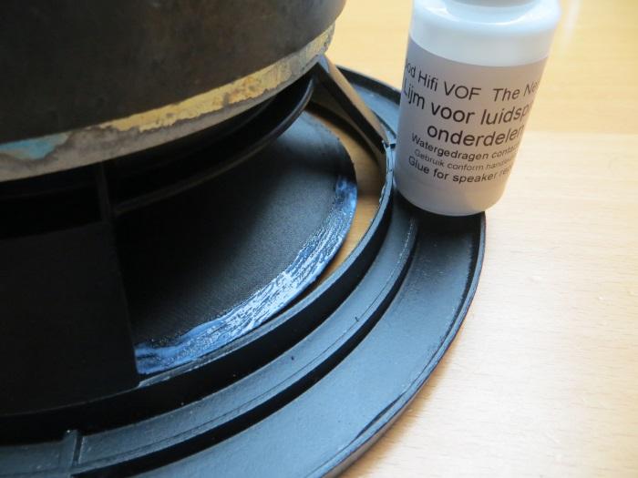 Reparatur mit einem hausgemachten flache Schaumstoff Sicke: Wenn Ihre Schaumstoffsicke gut passt, können Sie es auf dem Kegel kleben