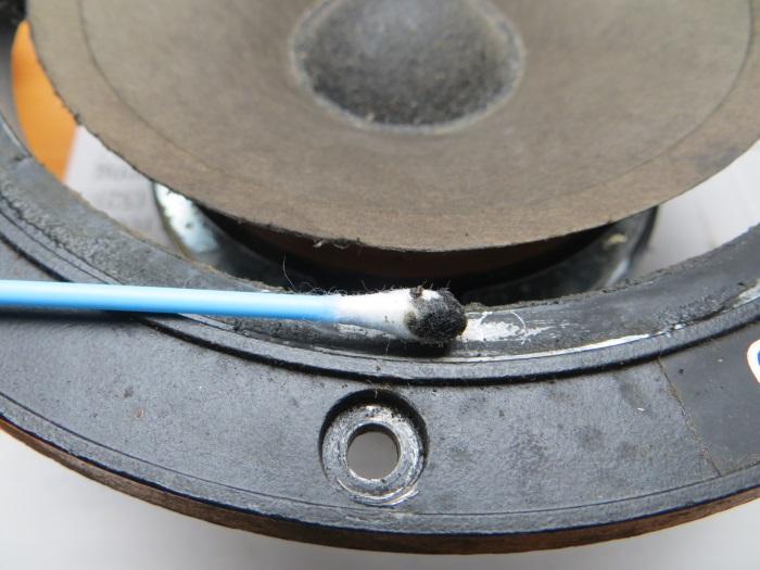 Reparatur mit einem hausgemachten flache Schaumstoff Sicke: Reinigen Sie den Rahmen mit einem Baumwolltupfer mit etwas Spülmittel darauf