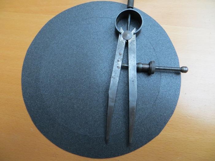 Reparatur mit einem hausgemachten flache Schaumstoff Sicke: Wir haben die Schneide mit einem Metall-Kompass akzentuiert