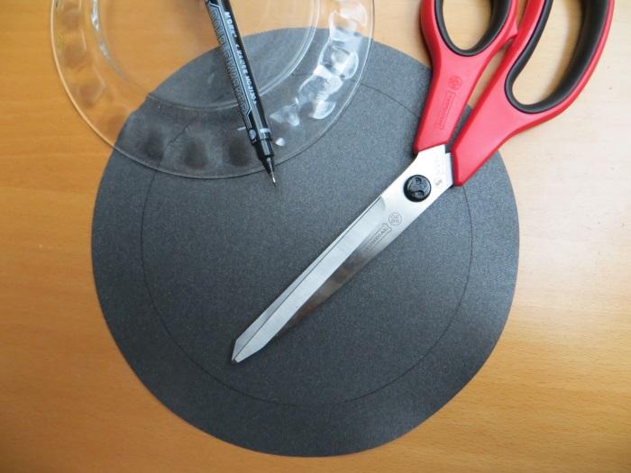 Reparatur mit einem hausgemachten flache Schaumstoff Sicke: wir schneiden den Schaum, erst äußere Größe