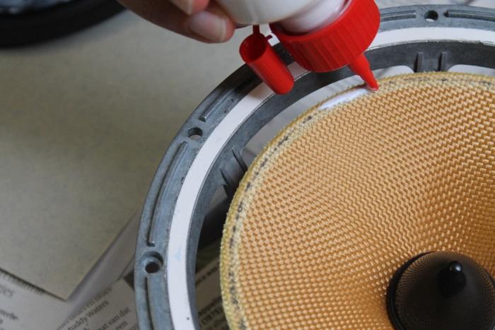 B&W ZZ11436 Gummisicke Ersatz: der äußeren Rand des Lautsprecherkonus wird mit Leim bestreicht