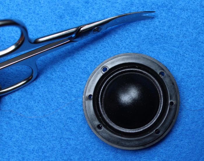 B&W N801S (TS26 80) Hochtöner Reparatur: Entfernen Sie nun überschüssiges Material um die Schraubenlöcher und die gebohrten Löcher herum
