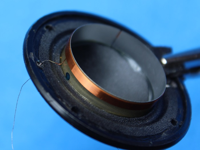 B&W N801S (TS26 80) Hochtöner Reparatur: Ziehen Sie die Verbindungsdrähte der Membrane durch die gebohrten / gelochten Löcher