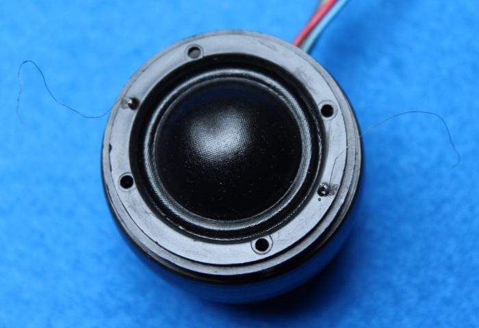 B&W N801S (TS26 80) Hochtöner Reparatur: Legen Sie vorsichtig die Kunststoffkappe mit der Membran auf den Magneten