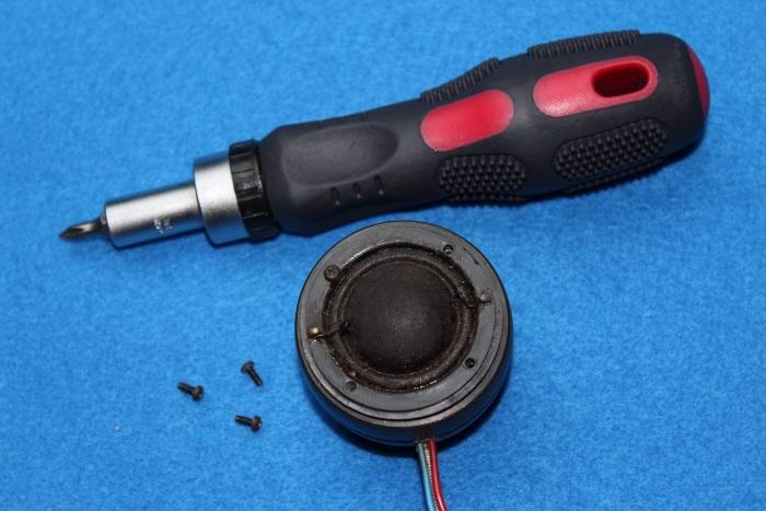 B&W N801S (TS26 80) Hochtöner Reparatur: Schrauben Sie die Membranschrauben ab, nachdem der Hochtöner aus dem Gehäuse entfernt wurde