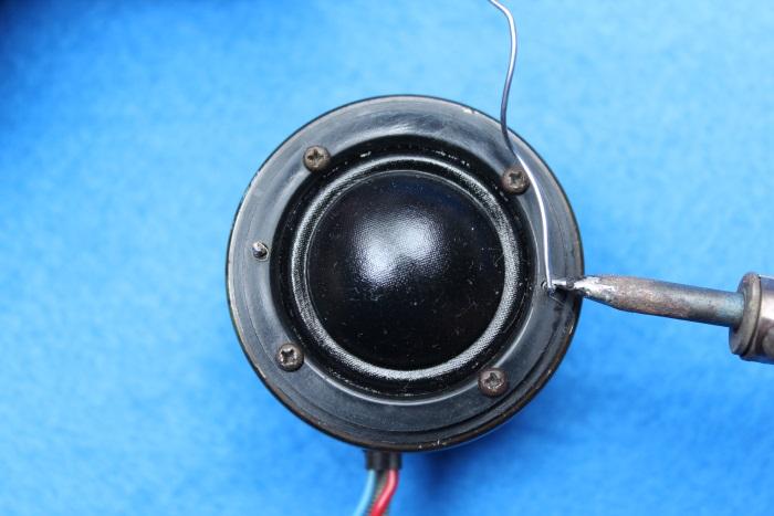 B&W N801S (TS26 80) Hochtöner Reparatur: Löten Sie den Membrandraht an den Anschlussdraht des Hochtöners