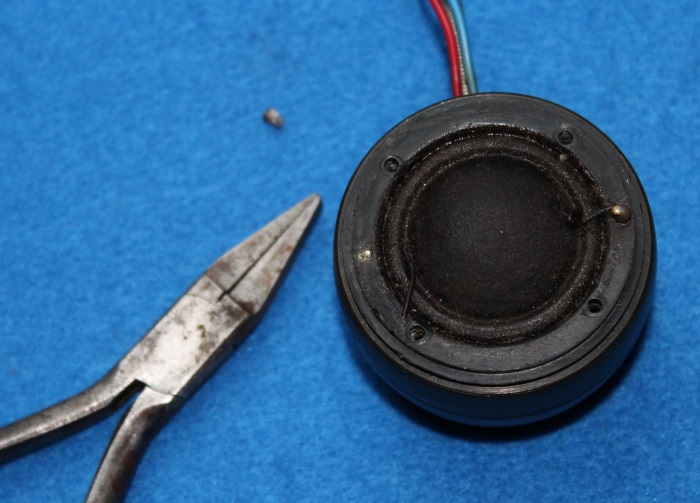 B&W N801S (TS26 80) Hochtöner Reparatur: Entfernen Sie nun die Zinnbirnen (die die Vorderseite der Membrandrähte verbinden)