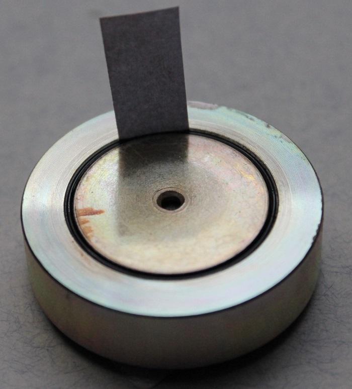 B&W CDM1 (ZZ9989 / ZZ09989) Hochtöner Reparatur: Wenn zu viel im Luftspalt ist, ein Stück Papier in das Ferrofluid einlegen