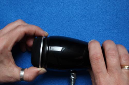 B&W ZZ25607 Hochtöner Ersatz - 10. Setzen Sie das Gitter wieder auf den Hochtöner.