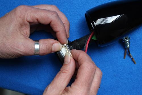 B&W ZZ25607 Hochtöner Ersatz - Der Hochtöner kann jetzt aus dem Hochtönergehäuse entfernt werden. Trennen Sie vorsichtig die Verbindungskabel.