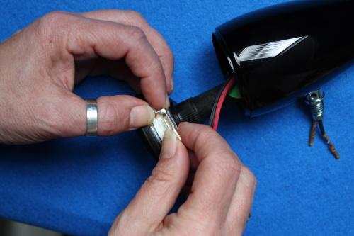 B&W ZZ25607 Hochtöner Ersatz - Schließen Sie die Kabel im Lautsprechergehäuse an den Hochtöner an.