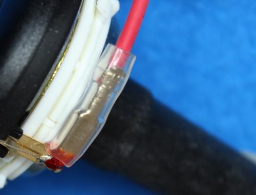 B&W ZZ25607 Hochtöner Ersatz - Das rote Kabel ist am roten Stecker befestigt.