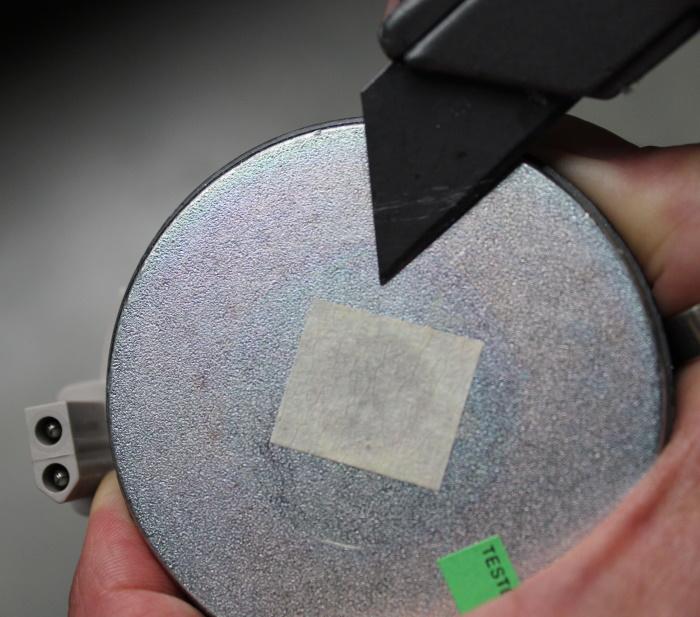 B&W Nautilus Horn auf Hochtöner montieren: Kleberückstände vom Magneten entfernen