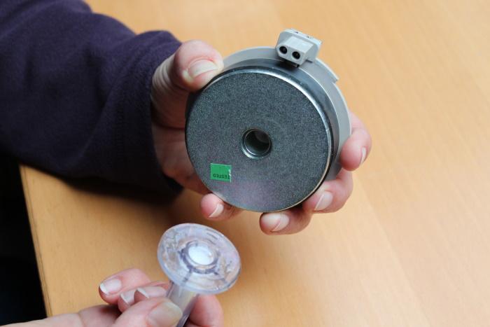 B&W Nautilus Horn auf Hochtöner montieren: Klebe die Nautlilus Horn auf den Magneten