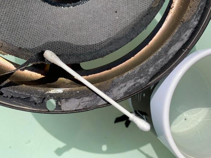 Acoustic Research AR18 - conusrand wordt schoongemaakt met heet water