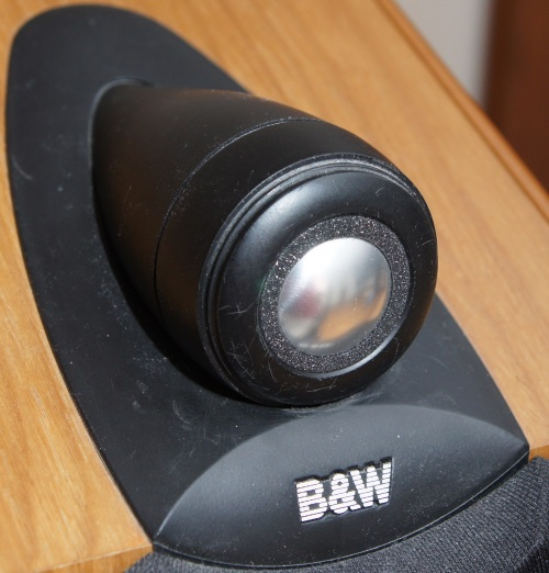 B&W CDM1NT: de afdekring houdt de nieuwe tweeter op zijn plaats