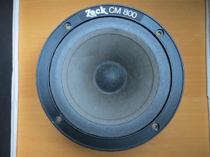 Lijm de vlakke foamrand op het luidsprekerframe