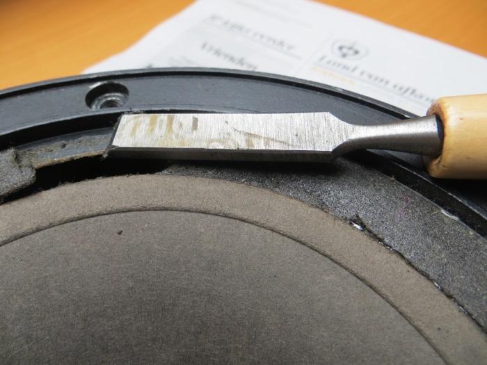 Verwijder de (vlakke) foamrand van het luidsprekerframe