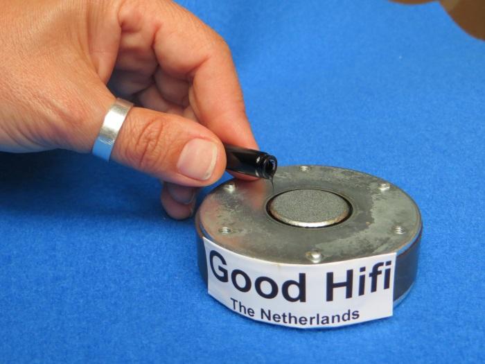 Vervangen ferrofluid: breng nieuwe ferrofluid aan in de luchtspleet
