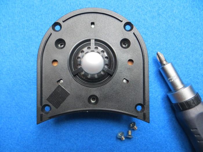 Vervangen ferrofluid: plaats het diafragma voorzichtig terug op de magneet