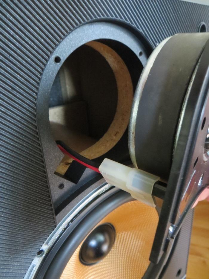 Vervangen ferrofluid: plaats de tweeter terug in de luidsprekerkast