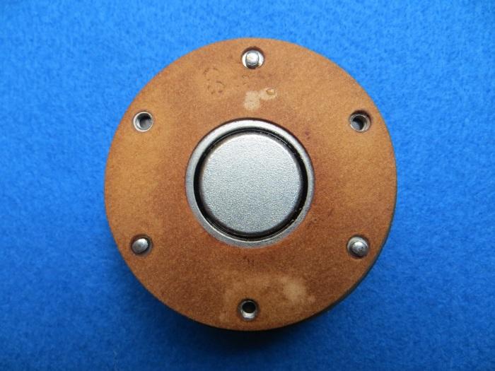 Vervangen ferrofluid: diafragma is van de magneet afgehaald. Zichtbaar is de luchtspleet.