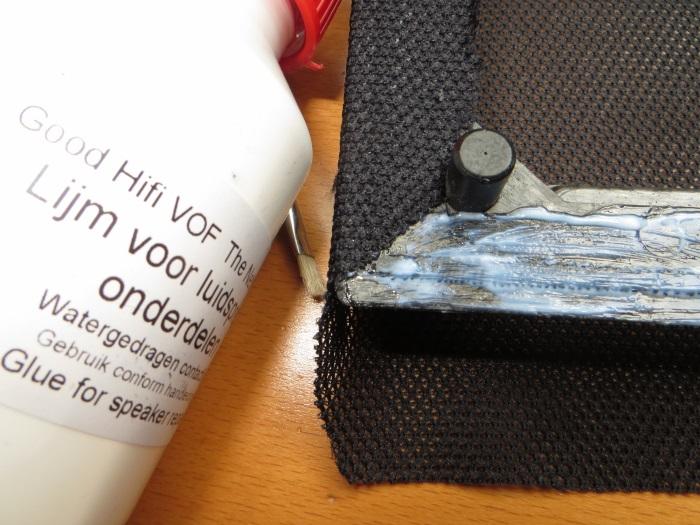 Vervangen luidsprekerdoek: het nieuwe luidsprekerdoek is (strak) op het frame gelijmd
