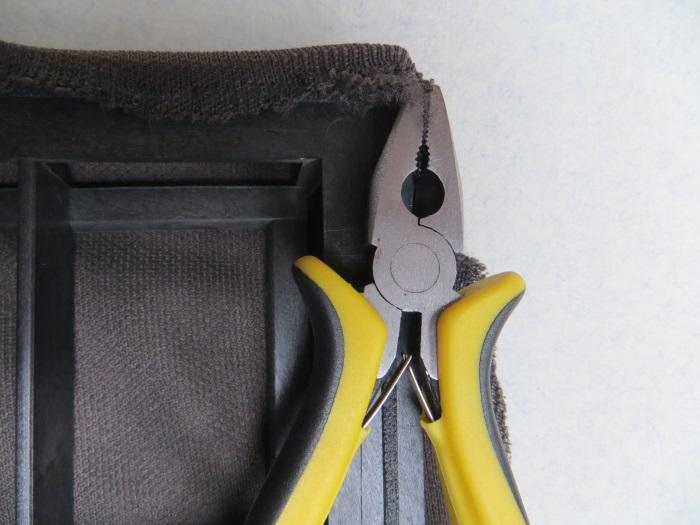 Vervangen luidsprekerdoek: maak het luidsprekerframe schoon