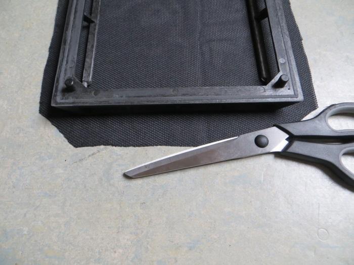 Vervangen luidsprekerdoek: breng lijm aan op het frame (grille)