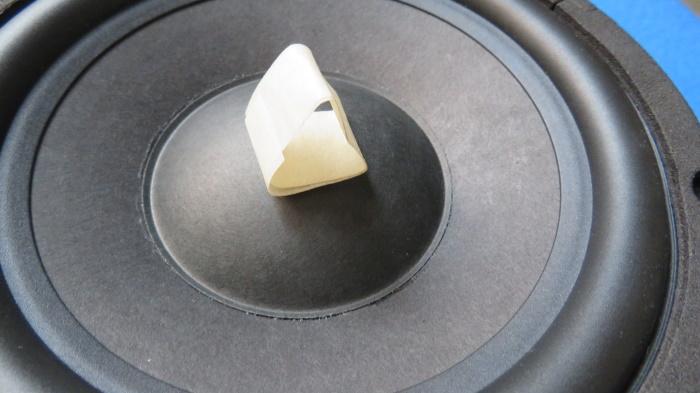 Luidspreker stofkap vervangen - breng de nieuwe stofkap aan op de luidspreker conus