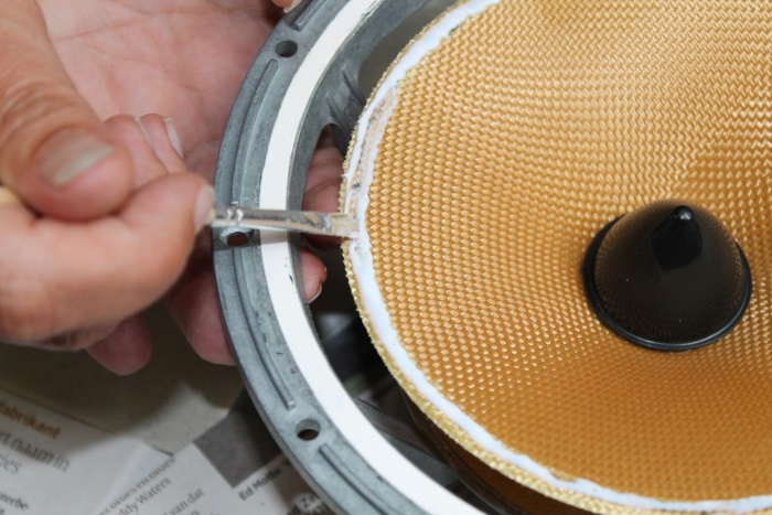 Smeer de lijm gelijkmatig uit over de luidspreker conus