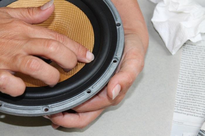 Lijm de rubber luidsprekerrand op de conus