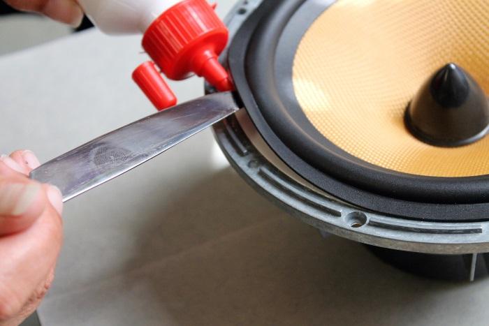 Lijm de rubber luidsprekerrand op het frame van de woofer