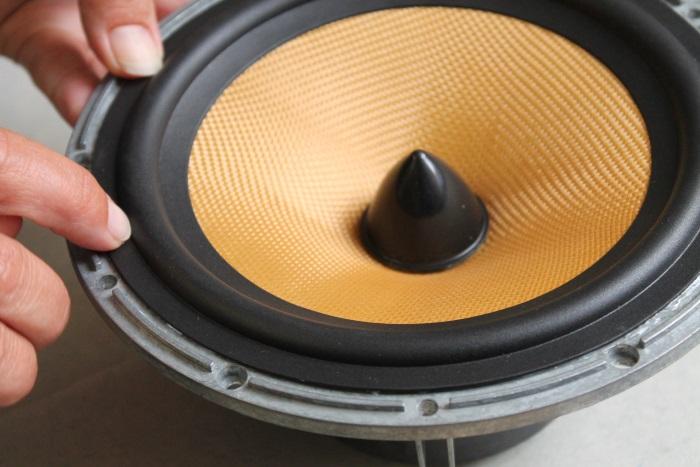 Pas op de luidsprekerrand tijdens het lijmen niet verplaatst