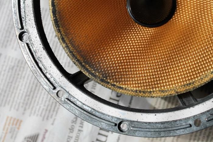 Verwijder het (rubber)stof regelmatig van de luidsprekerconus