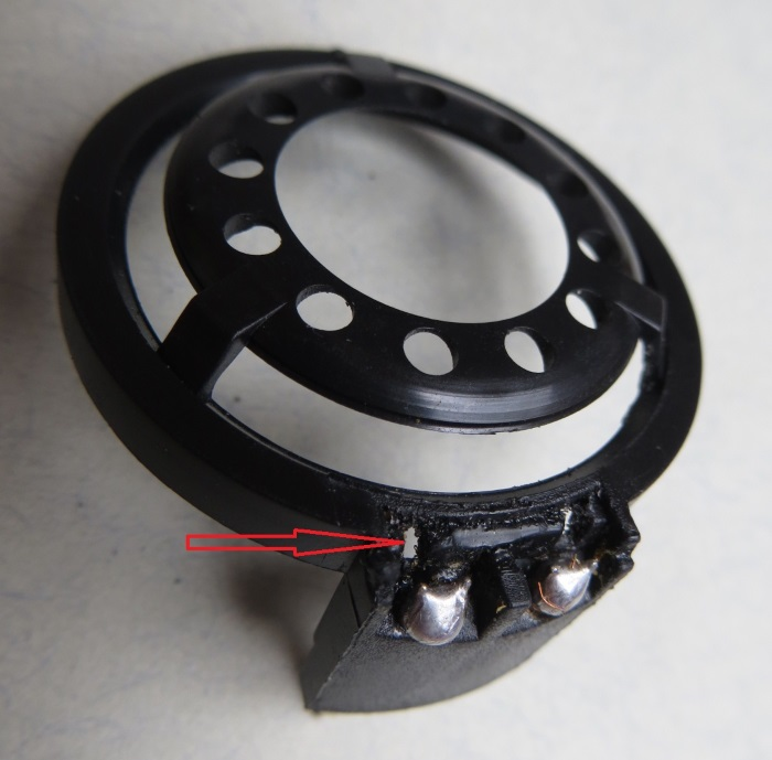 B&W CDM1 tweeter reparatie: bij de soldering zitten twee kleine gaatjes