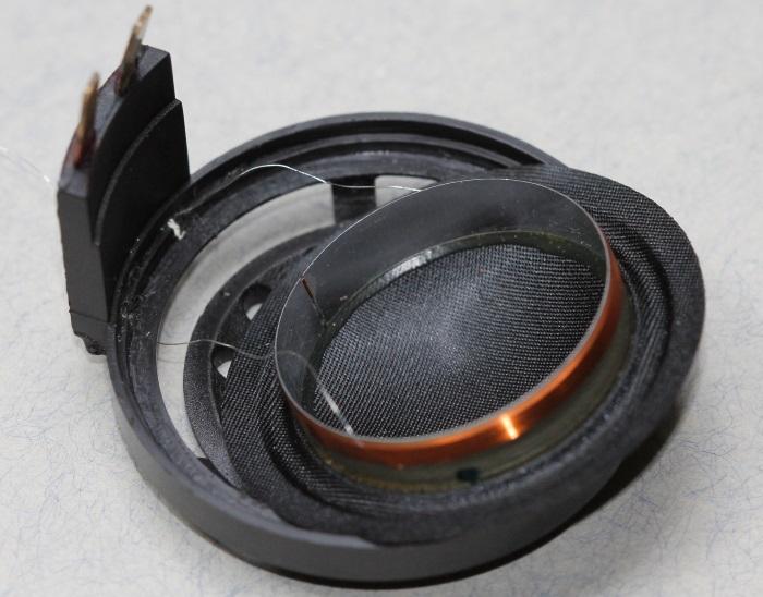 B&W CDM1 tweeter reparatie: draden van vervangende diafragma worden geleid