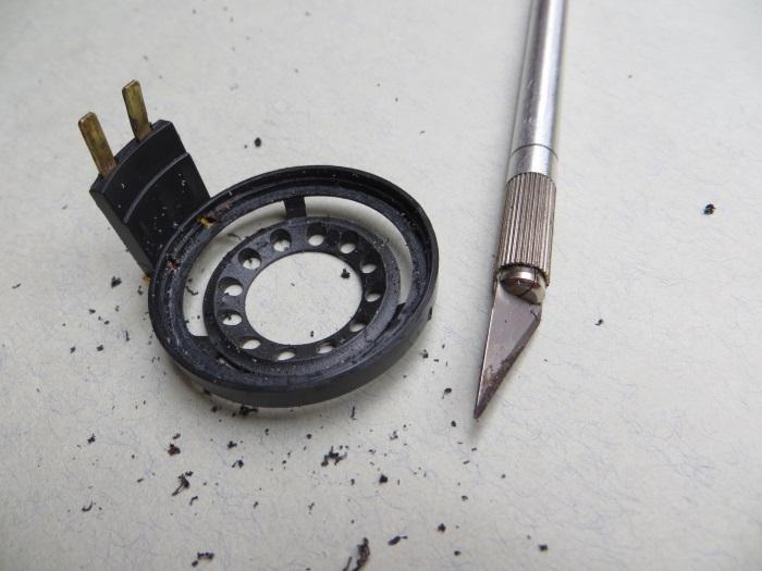 B&W CDM1 tweeter reparatie: het tweeterframe wordt schoongemaakt