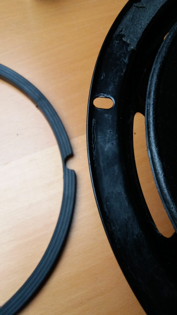 Foamrand van een REL Quake (Westra) woofer vervangen - maak het frame en de sierrand schoon