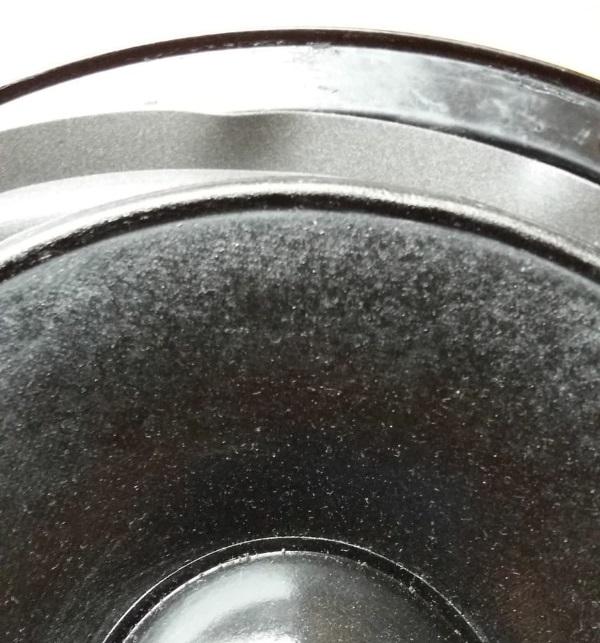 Foamrand van een REL Quake (Westra) woofer vervangen - vouw de foamrand achter de woofer