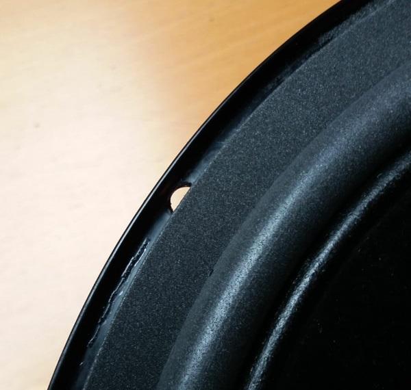 Foamrand van een REL Quake (Westra) woofer vervangen - knip foam weg bij de schroefgaten