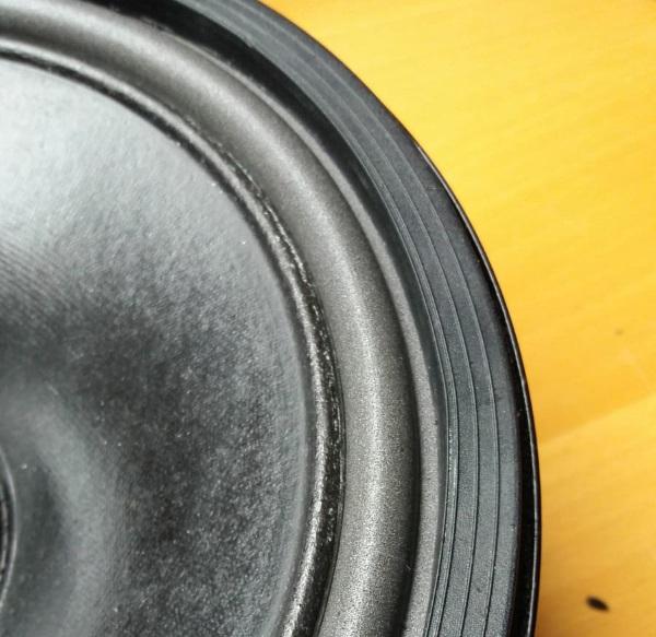 Foamrand van een REL Quake (Westra) woofer vervangen - plaats de sierrand terug (niet lijmen), de woofer kan dan worden omgedraaid