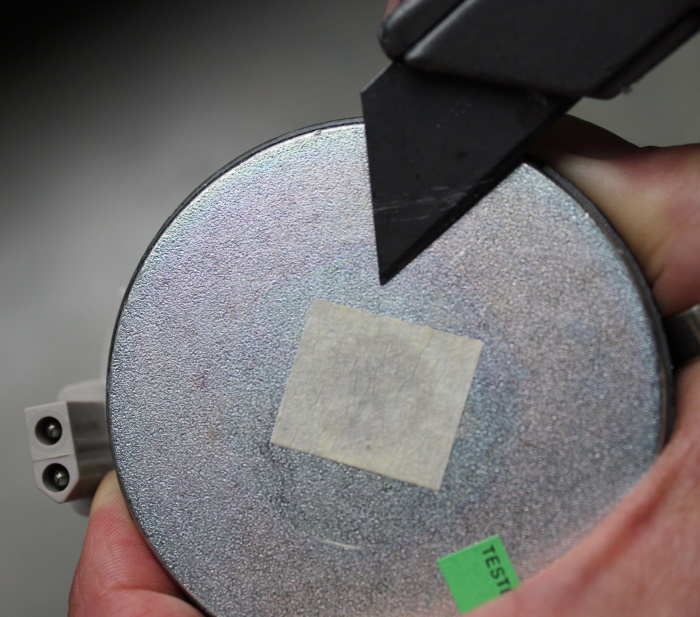 B&W Nautilus hoorn aanbrengen: Dek het gat in de magneet af en maak de magneet schoon.